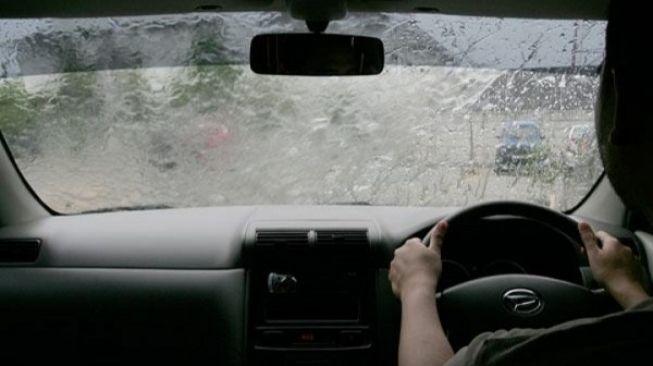 75221-ilustrasi-mengemudi-saat-hujan